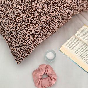 față de pernă din mătase pink leopard