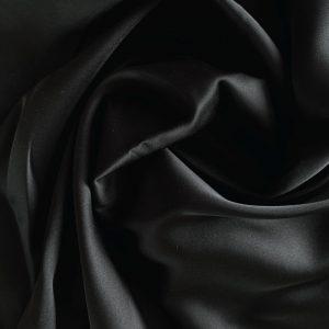 față de pernă din mătase neagră